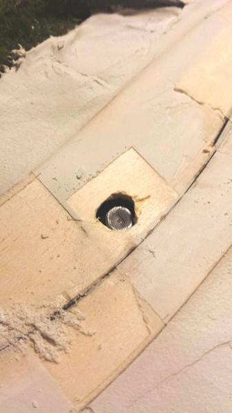 Dermed stikker bare toppen på mutteren opp av hullet, som er mye mindre sammenlignet med første bilde