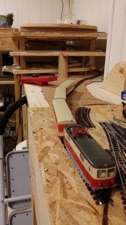 Første tog kommer trillende inn på den nye stasjonen