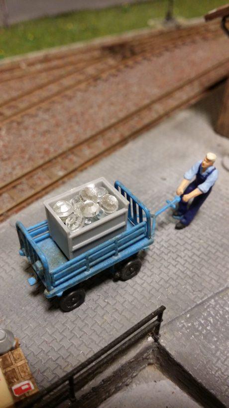 Et lite lass med diamanter håndteres på godsterminalen